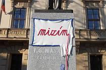 Skupina Užaslé nechala promluvit sochu Tomáše Garrigua Masaryka na brněnském Komenského náměstí už potřetí. Mizím, stálo na ní.