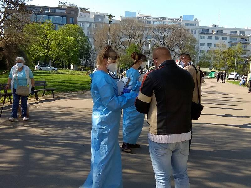 I ve čtvrtek po čtvrté hodině odpoledne byla na Moravském náměstí fronta. Lidé čekali na odběr vzorku na koronavirus.