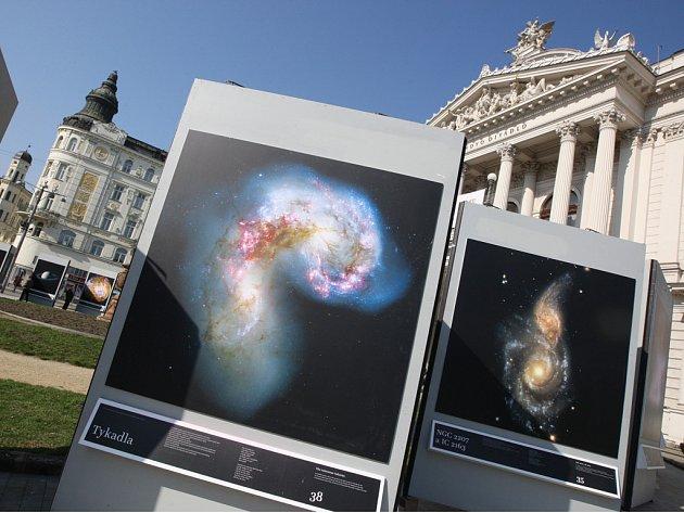 NEBESKÝ POSEL. Tak před čtyčmi sty lety pojmenoval Galelo Galilei svou zprávu o prvních průzkumech vesmíru. Posel v podobě téměř padesáti fotografií kosmu zavítal na Malinovského náměstí.