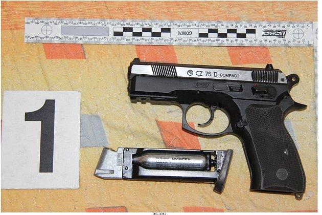 Muž střelnou zbraní ohrožoval rodinu smalým dítětem.