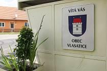 Těla tří mrtvých dětí našli policisté v rodinném domě ve Vlasaticích (na snímku autobusová zastávka před obecním úřadem) na Pohořelicku.