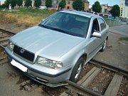 Cestu si chtěl neobvyklým způsobem zkrátit v pondělí okolo druhé hodiny odpoledne řidič Škody Octavie. Ve vlakovém kolejišti nedaleko Tkalcovské ulice, které se snažil přejet, však uvízl.