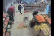 Brněnská policie pátrá po zloději, který si na začátku prosince v obchodě místo do košíku naskládal čtyři lahve rumu rovnou do kapes bundy.