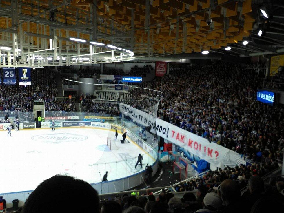 Brněnští fanoušci na zápas se Spartou v reakci na nedávné pokuty od disciplinární komise extraligy za jejich vulgární skandovani vytvořili transparenty. Na nich určili čas a pokřik a částku, kterou za vulgární pokřik podle nich klub zaplatí.