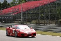 V paddocku i na dráze se při Mezinárodním srazu sportovních aut vyjímají špičkové vozy značek Porsche, Maserati, Lamborghini nebo Lotus.