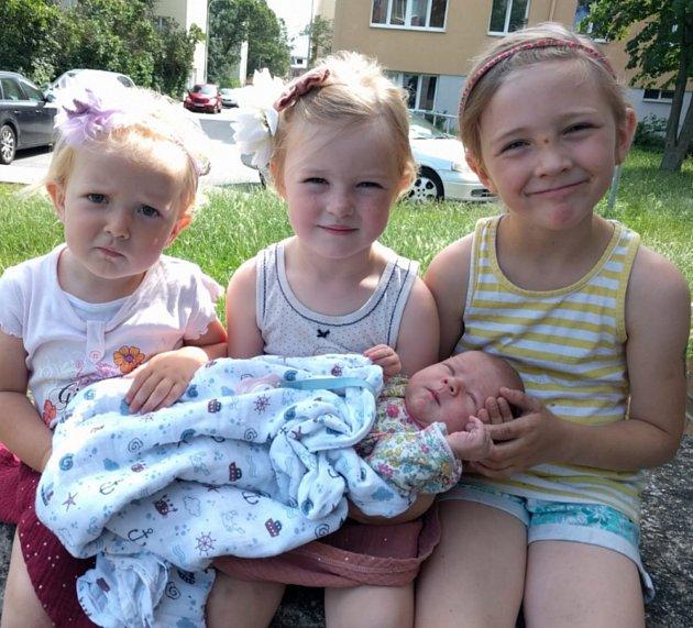 Novorozená Cecílie se svými třemi sestrami.