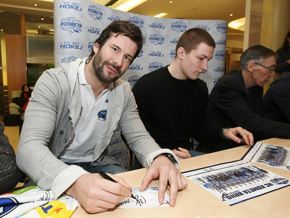 Autogramiáda hokejistů brněnské Komety v hotelu Holiday Inn.