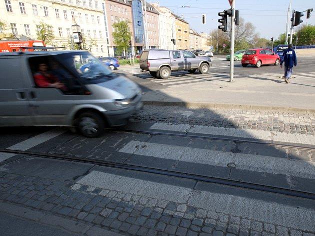 VLEČKA. Že po dráze uprostřed silnice, nad kterou chybí elektrické vedení, občas projede vlak, ví mnoho Brňanů. Ale proč se vlaková dráha napojuje na tramvajové koleje?