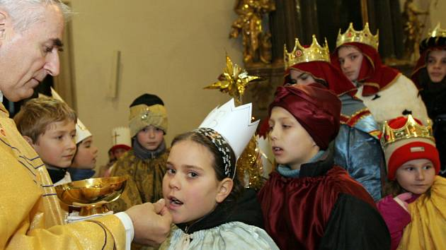 Biskup Vojtěch Cikrle žehná malým koledníkům