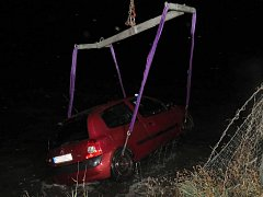 Útěkářovo auto, které bylo špatně zajištěné, sjelo do vody.