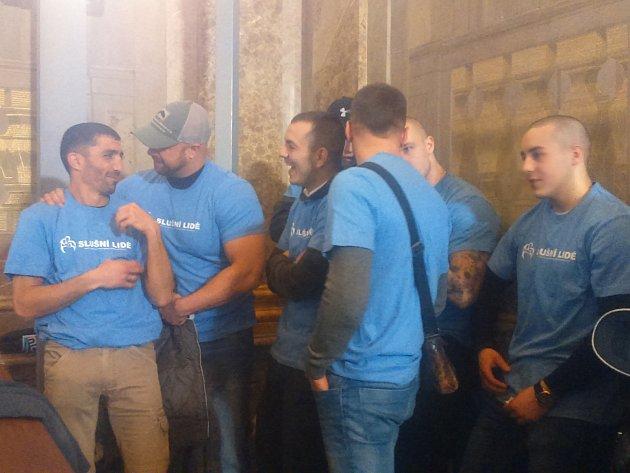 Necelé dvě desítky stoupenců hnutí Slušní lidé vmodrých tričkách rozdávaly letáky před brněnskou radnicí, kde vúterý od osmi hodin ráno zasedá zastupitelstvo města.
