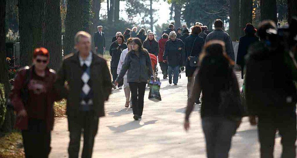 Policisté na hřbitově upozorňovali Brňany, jak si mají chránit svůj majetek.