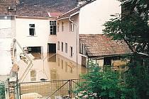 Rozvodněná Svitava zaplavila silnici k Adamovu.