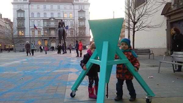 Organizátoři Týdne výtvarné kultury se také předvedli na Moravské náměstí. Zájemci mohli vytvářet obrazce a nápisy na dlažbě spomocí přesýpacího stroje a speciálního modrého písku.