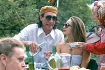 Vesnický milionář ve filmu uspořádal na Irenčinu počest velkou oslavu.
