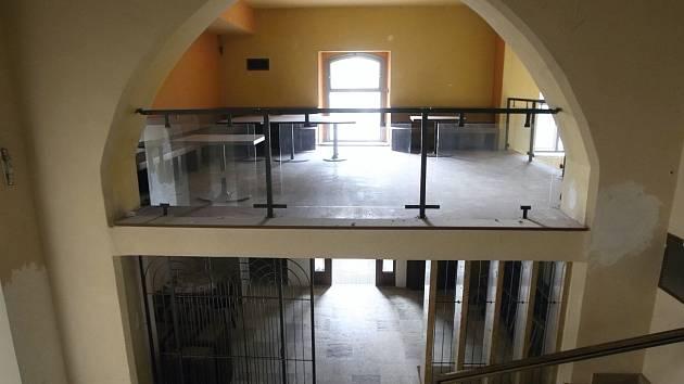 Několik let žili za okny bývalé restaurace Muzejka na Moravském náměstí v Brně jen pavouci. Už brzy tam ale zase opět zavítají hosté. Archivní snímek.