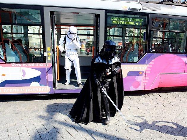 Přibližně stovka Brňanů se ve středu stala svědky netradiční podívané na brněnském náměstí Svobody. S nebeskou tramvají tam přijela dvojice z hvězdných válek, Darth Vader a voják impéria Stormtrooper.