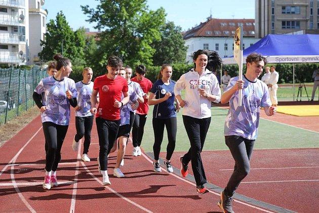 SOhněm míru si na brněnském gymnáziu Ludvíka Daňka zaběhali Šárka Kašpárková itamější studenti.