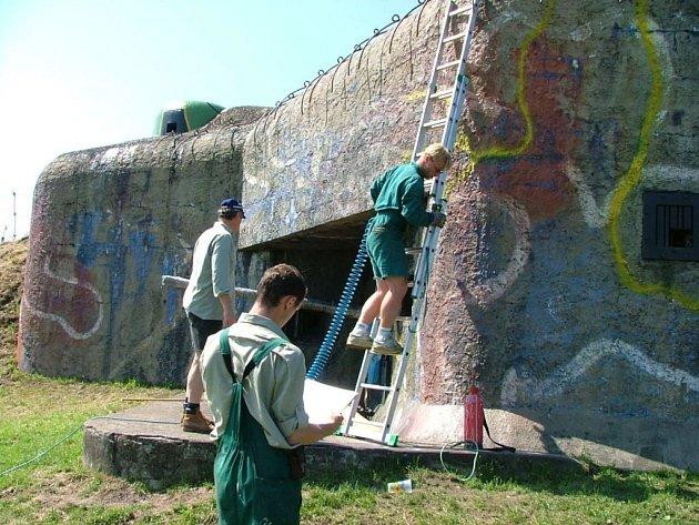 Od roku 2003 armáda převádí bezúplatně nepotřebný majetek na obce a města jako například bunkry.