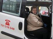 Seniorbus, který usnadňuje cestování brněnským seniorům či lidem s postižením, jezdí už půl roku. Měsíčně přepraví okolo devíti stovek lidí.
