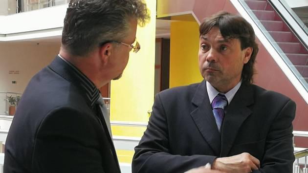 Řidič autobusu (vpravo), který v opilosti způsobil autonehodu, dostal u Městského soudu v Brně dva a půl roku vězení.
