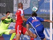 Zbrojovka Brno (v červeném) podlehla Olomouci 0:3 kvůli tragickému úvodu zápasu.