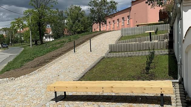 V Branišovicích vznikla nová relaxační zóna. S lavičkami i vinnou révou