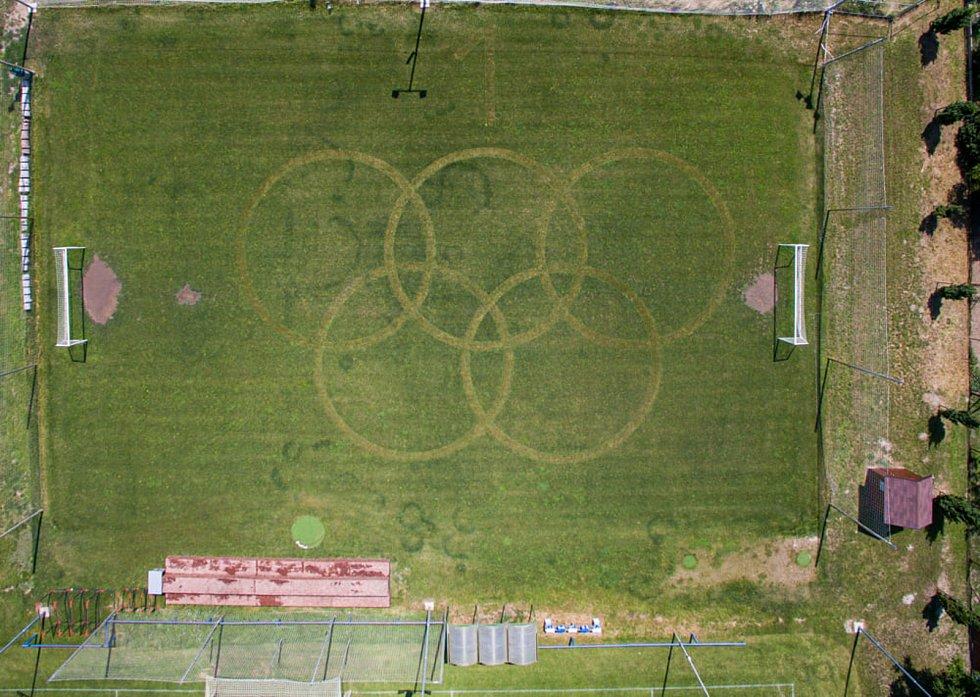 Fanoušci z Rajhradic na Brněnsku na počest medailových střelců Jiřího Liptáka a Davida Kosteleckého vysekali na tamním fotbalovém hřišti olympijské kruhy.
