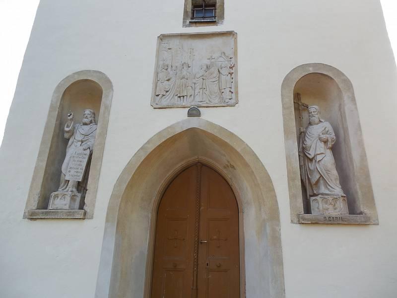 Bořitov – kostel sv. Jiří po restaurátorských pracích na sochařské výzdobě na věži kostela. Románská stavba pochází z přelomu 12. a 13. století.