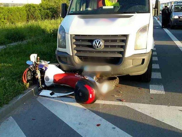Jedna z nehod se stala v Brně v Řípské ulici ve Slatině kolem půl šesté. Motorkář se srazil s osobním autem a jeho stroj skončil pod ním.