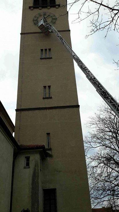 Hasiči odstranili uvolněnou číslici z ciferníku hodin na věži kostela v brněnských Židenicích.