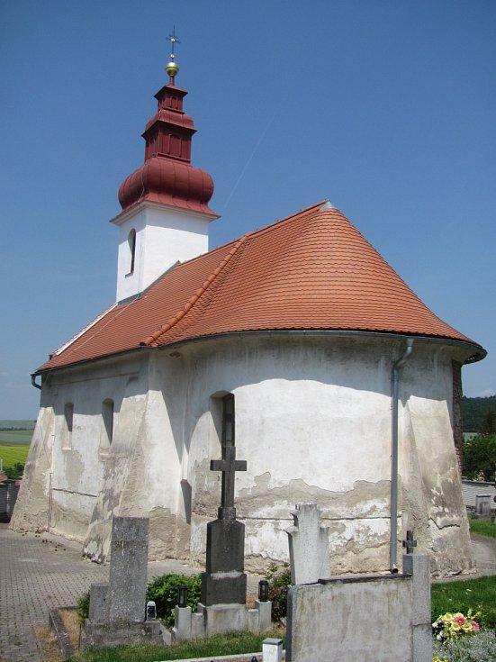 Kostel sv. Cyrila a Metoděje v Hvězdlicích. Románská cihlová stavba ze 13. století procházela postupnou rekonstrukcí od roku 2011. Postupně byla opravena střecha, věže, omítky a interiéry. Stavba před opravami.