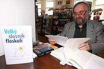 Český teatrolog a literární a divadelní kritik Vladimír Just podepisuje svoji novou knihu Velký slovník floskulí.