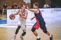 Brněnští basketbalisté (v modro-červeném) podlehli v domácí hale Nymburku 92:101.