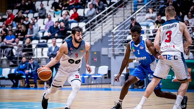 Basketbalisté mmcité Brno (na snímku v bílo-modrých dresech) přejeli Ostravu.