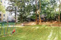 Dvůr ve vnitrobloku u Kotlářské ulice chce příští rok opravit sousední škola. Chystá tam nové vybavení, herní prvky, povrch i lezeckou stěnu.