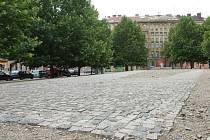 Tři skleněné bloky s verši Jana Skácela měli autoři odhalit 28. října 1999, ale zpozdili se o dva měsíce. Kvůli mrazům, které způsobily monumentu tvořenému pod plachtou teplotní šok, pomník ihned po odhalení popraskal.