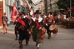 Zahájení oslav zpestřil pochod vojáků městem i válečné bubny.