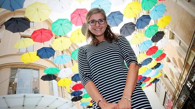 S barevnými deštníky, které zdobí Českou ulici v centru Brna, se nadšení lidé často fotografují.