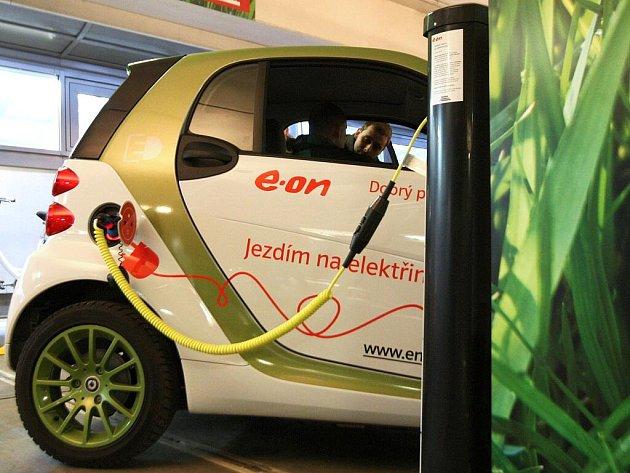 Společnost EON předala v úterý v nákupní galerii Vaňkovka novým zákazníkům elektrokola a představila nový elektromobil společnosti a také první dobíjecí stanici v ČR.