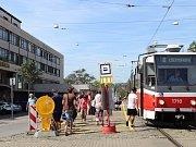 Tramvajová zastávka byla kvůli opravě nástupiště nejblíže brněnskému hlavnímu vlakovému nádraží přesunutá před budovu České pošty.