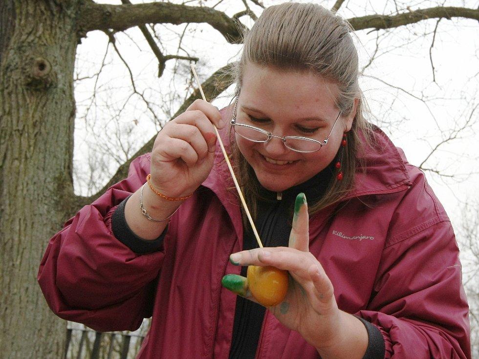 V jednu velkou tvořivou dílnu se v sobotu proměnila brněnská zoologická zahrada. Oslavit velikonoční svátky se tam rozhodli jarmarkem. Návštěvníci si vyzkoušli, jak se vyrábí dřevěná káča nebo zdobí vajíčko. Děti potěšila mláďata.