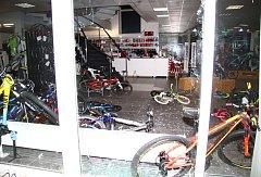 Z cykloprodejny si zloději odnesli kola za milion