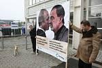 V sobotu zaplnili brněnské výstaviště členové ODS. Hned z rána je přivítali ekologičtí aktivisté.