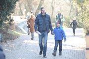 Vánoční krmení v brněnské zoologické zahradě.