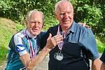 Jubilant Pavel Doležel (vpravo) si s předstihem připil k narozeninám při Milčově kolečku v Bosonohách s někdejším skvělým východoněmeckým cyklistou Gustavem-Adolfem Schurem, dvojnásobným vítězem závodu amatérů na mistrovství světa v silniční cyklistice.