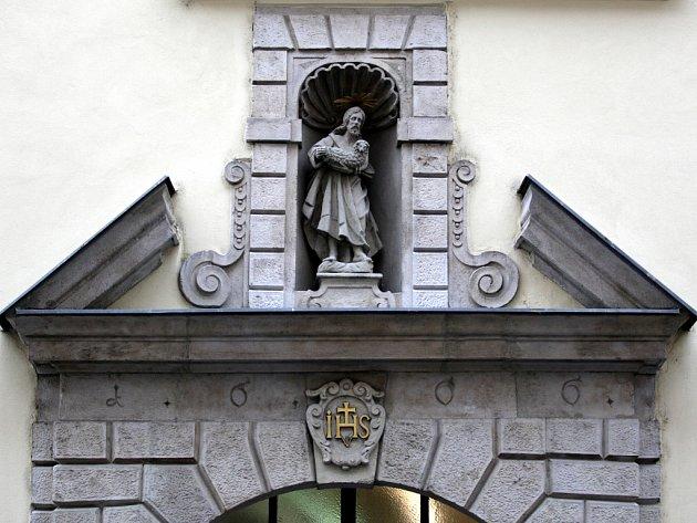 Dobrý pastýř ochraňuje historický dům v Radnické ulici