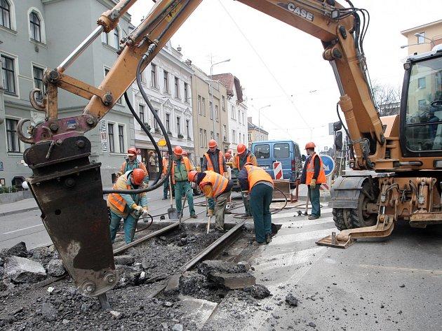 Místo tramvají stavební stroje. První den výluky v ulici Milady Horákové se obešel bez problémů.