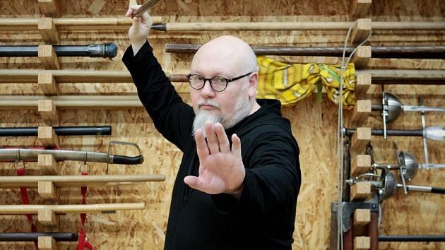 Robert Waschka z Domu rytířských ctností v brněnském Starém Lískovci vyučuje bartitsu, které nejvíc proslavila dvojice filmů o Sherlocku Holmesovi.