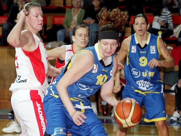 Ještě loni hrála Tereza Pecková (s míčem) v dresu USK Praha. Teď už bojuje za brněnské Frisco.